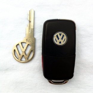 Vintage Beetle and modern Jetta Volkswagen keys on andreabadgley.com